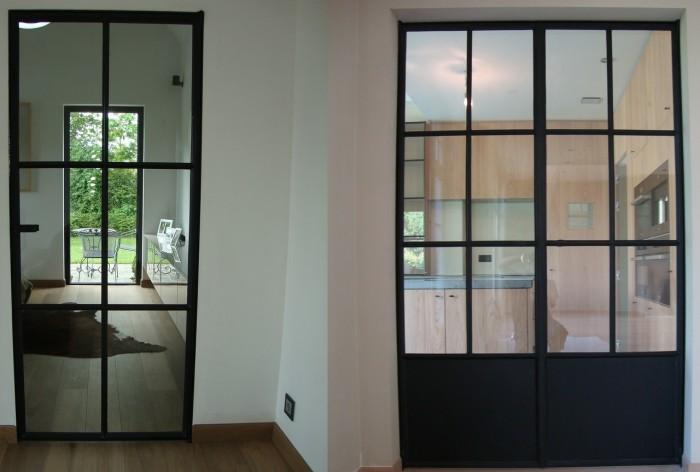 Stalen deuren zijn op ambachtelijke wijze op maat gemaakt - Glazen salontafel en smeedijzer ...